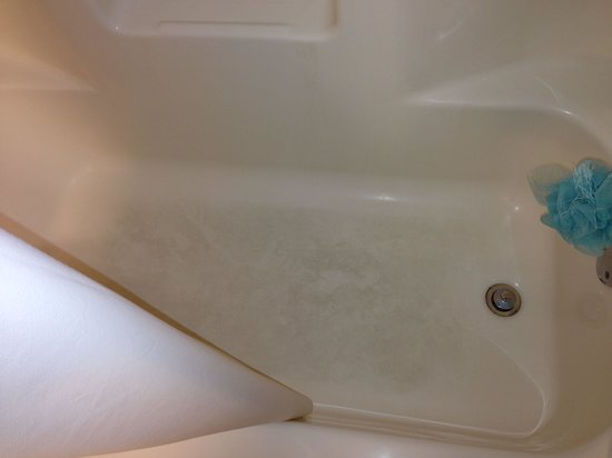 Quality Inn & Suites: Dirty tub and gross bathroom