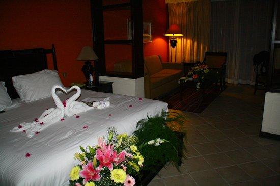 เลเมอริเดียนเมาริส: Our room with the wedding ceremony flowers