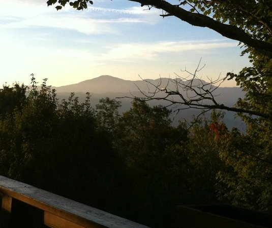 Archer's Mountain Inn: morning view from balcony