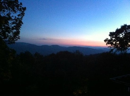 Archer's Mountain Inn: sunset view from balcony