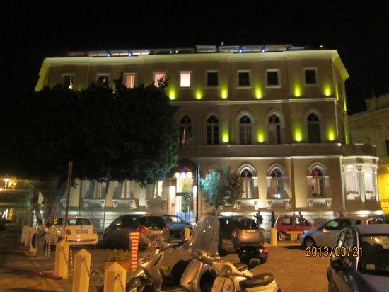 Grand Hotel Ortigia: 正面夜景