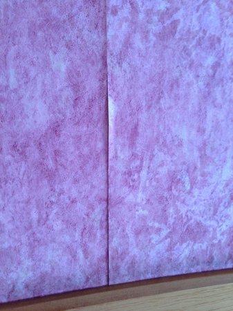 Holiday Inn Newport: More shoddy wallpaper