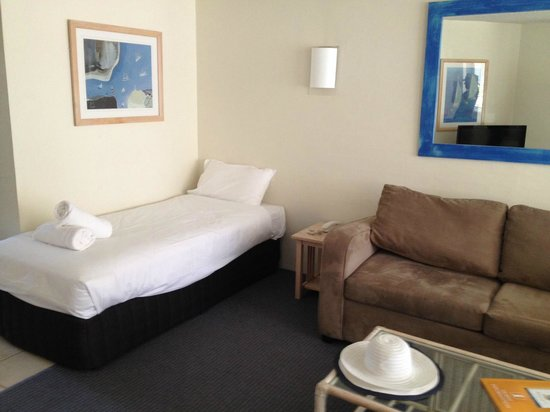 Hotel Laguna : Lounge area with spare bed in it