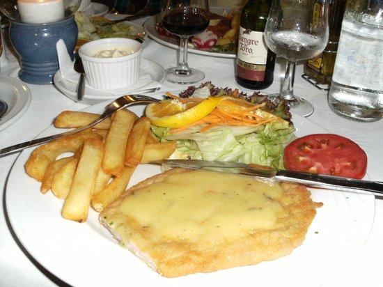 Restaurante Miramar Yumbo: schnitzel met beanairse saus