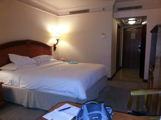 Sheraton Pretoria Hotel: Photo of our room facing back towards the entry