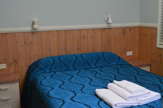 Ashmore Palms Holiday Village: Small main bedroom