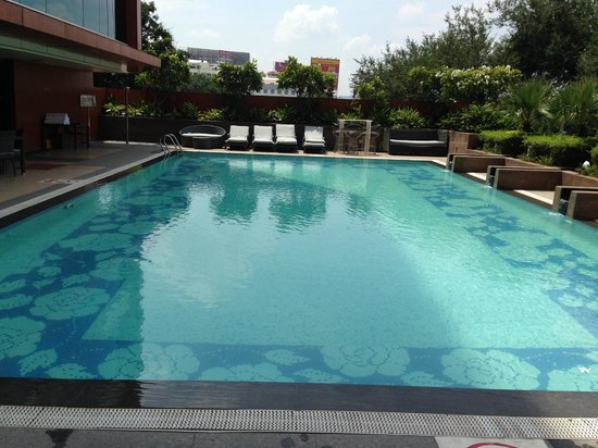Vivanta by Taj Begumpet: NIce pool but on the 2nd floor so the street noise would prevent any real relaxation.