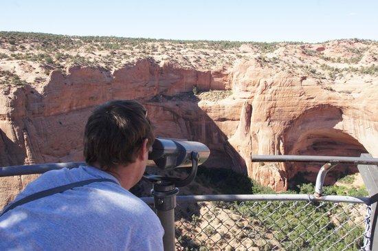 Navajo National Monument : I looking tru binoculars to the ruins