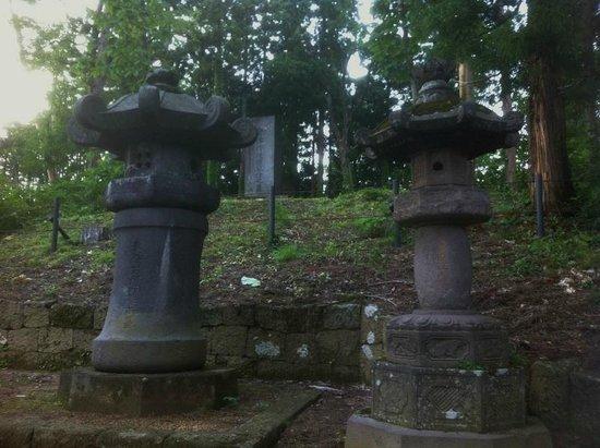 Aizuhanshu Matsudaira Family Grave : Lanterns and marker up the hill