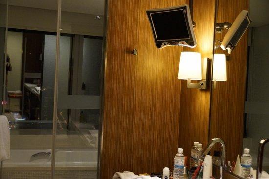 The Landis Taichung : TV im Bad über dem Waschbecken
