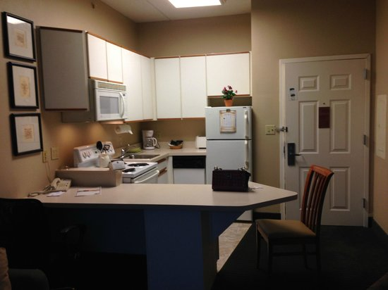 CrestHill Suites Albany : Kitchenette