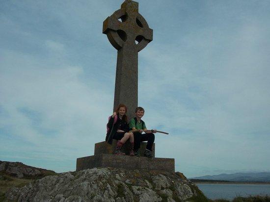 Newborough Warren & Ynys Llanddwyn: Celtic cross on the island