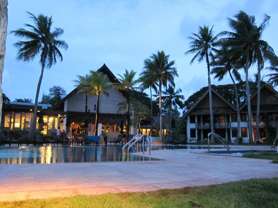 Palau Pacific Resort: Relaxing beachfront pool