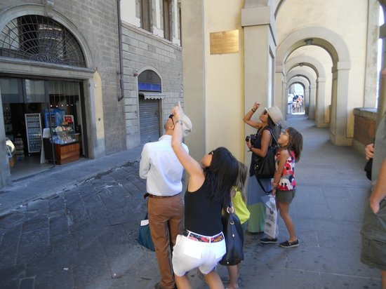 Tour of Florence - Tours: looking at the closed corridor