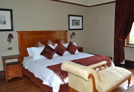 Waylands Country House: The bedrooms are huge, comfortable and scenic. Very quiet. Loved the fireplace in the room!