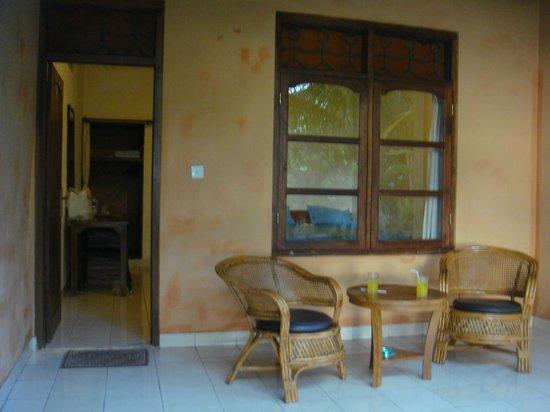 1000 Dream Bungalow - Lovina: petite terasse devant la chambre (séparée par un mur)