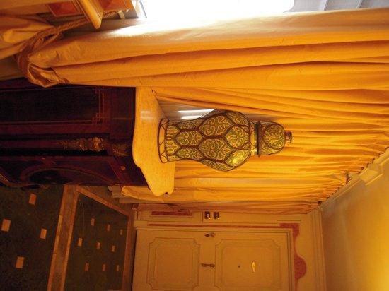 Petit Palais Hotel de Charme: corridoio dell'hotel