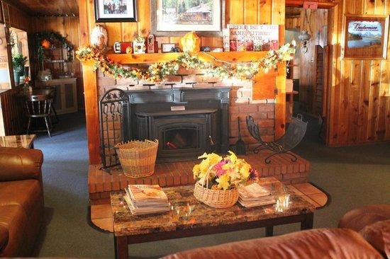 Greer Mountain Resort Country Cafe: Nice fireplace area near a bar