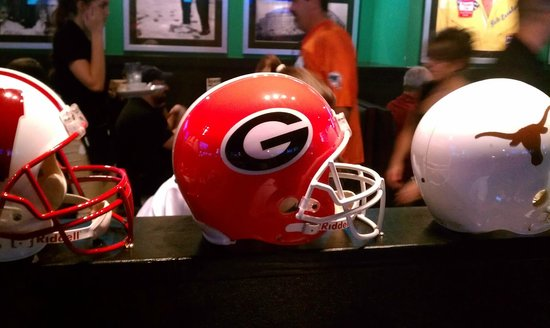 Duffy's Sports Grill: Superior collegiate football decor. Go Dawgs!