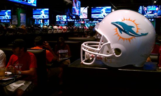 Duffy's Sports Grill: Fantastic NFL sports decor. Go Dolphins!