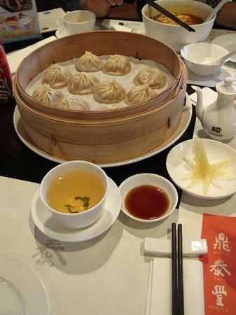 Ding Tai Fung (Yuyuan Garden) : A basket of pork dumplings