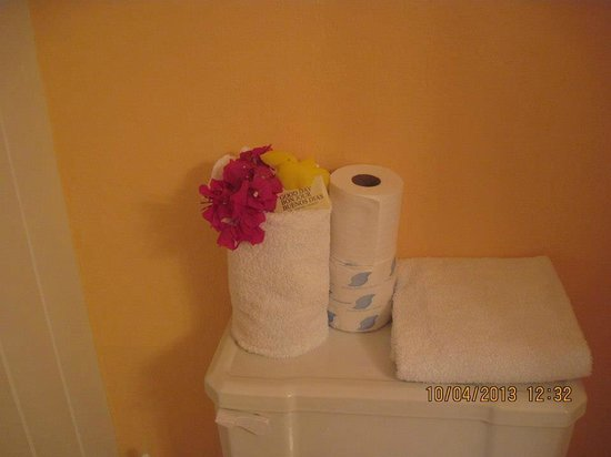 White Gate Court: Fresh flowers in the room upon check in