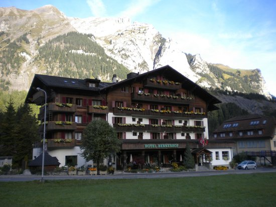 Hotel Bernerhof: Front of hotel viewed from path to Oeschinensee cable car