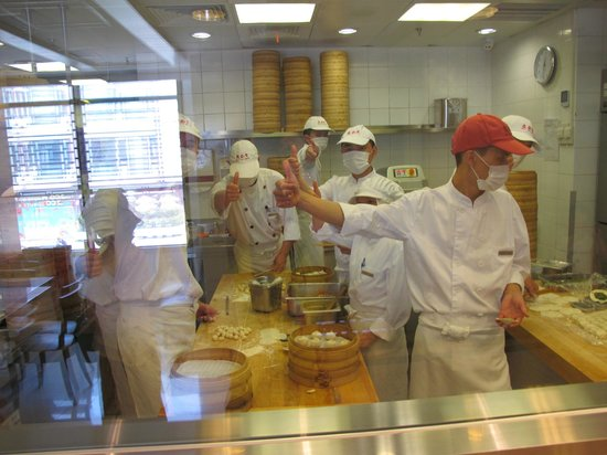 Ding Tai Fung (Yuyuan Garden): Open kitchen consept - friendly chefs