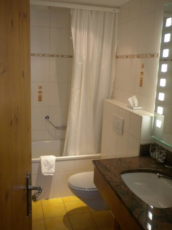 Hotel Bernerhof: Bathroom in suite