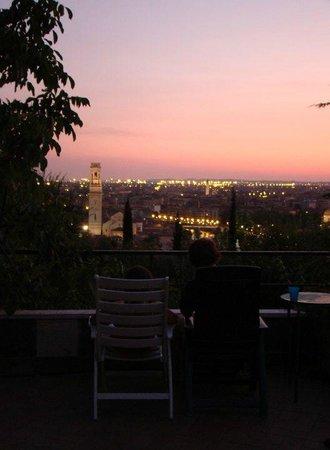 Camping Castel San Pietro: veduta di notte dal campeggio