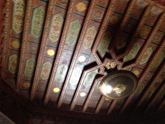 Riad Princesse du Desert : Le magnifique plafond du salon marocain