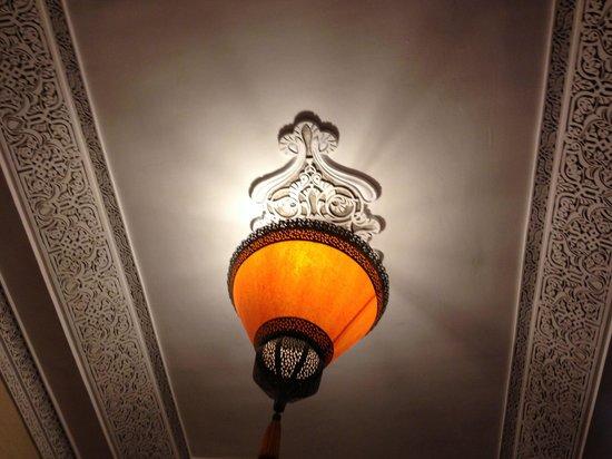 Riad Princesse du Desert : Plafond travaillé dans une chambre