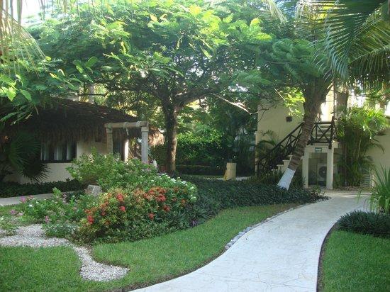 Desire Riviera Maya Resort: Beautiful gardens