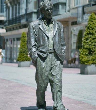 AC Hotel Oviedo Forum: Estatua de Woody Allen en Oviedo