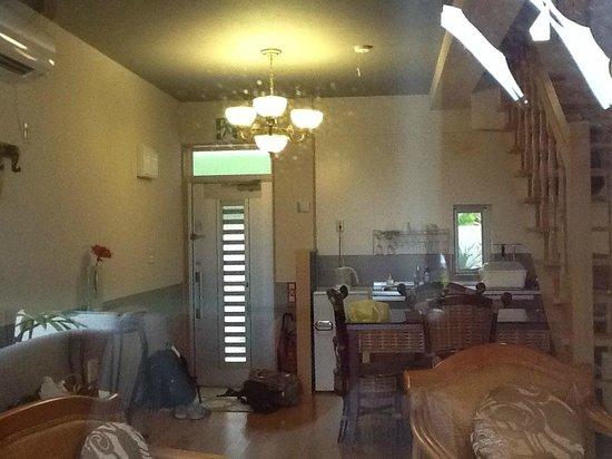 Villa Motobu Hills: 玄関とキッチン