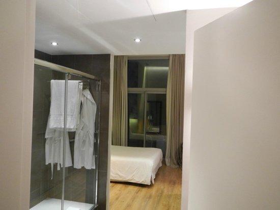 Vasanta Hotel Boutique: Camera 6 con doccia nell'ingresso