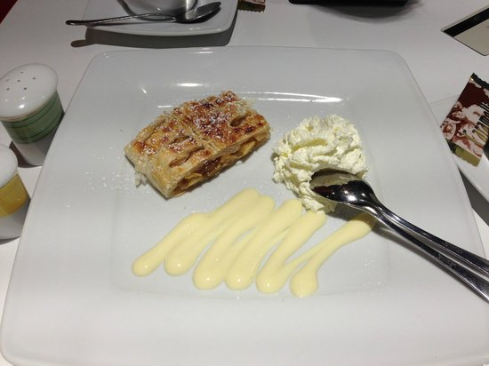 "Ibis Koeln Messe : Dreadful ""Apfelstrudel"" at the restaurant for 4 Euros."