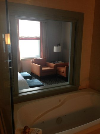 Hotel ICON, Autograph Collection: Window above tub viewing sitting area