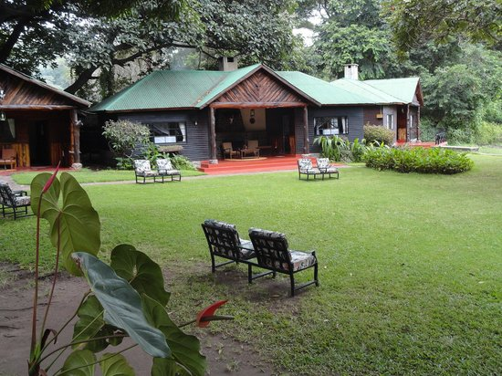 Mount Meru Game Lodge & Sanctuary: 3 bungalows with rooms 6 to 1 seen from left to right