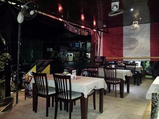 Monkeys Bar & Restaurant: outdoor