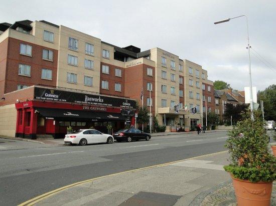 Grand Canal Hotel: Frontal del hotel y pub.