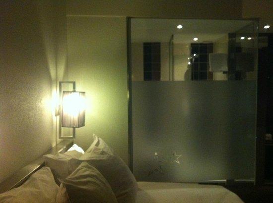 WestCord City Centre Hotel Amsterdam: ecco, la parete semitrasparente in bagno potevano evitarsela
