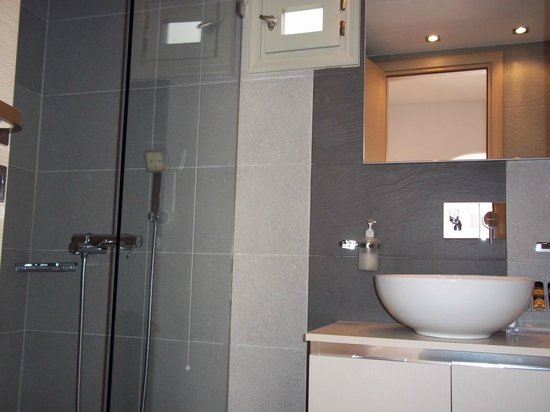 Boutique Hotel Glaros: Bathroom with shower on the left