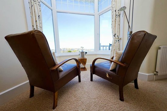 Little Leaf Guest House: Vintage armchairs, spectacular views
