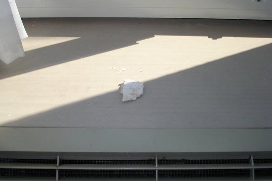 Holiday Inn Express N. Myrtle Beach-Little River: Paint fell onto a/c unit