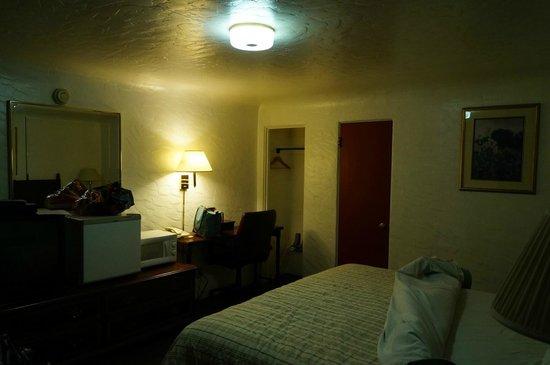 El Capitan Motel: The room is dark. Wierd cieling