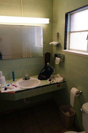 El Capitan Motel: Bottle opener in the bathroom - never seen one!