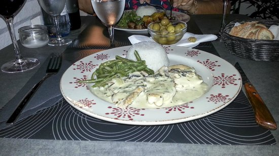 Le 27 Restaurante: Chicken in tarragon sauce with beans and rice.