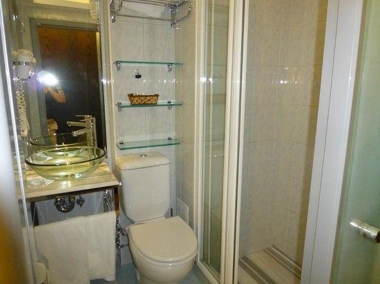 Hotel Niles Istanbul: Room 205 or 206 bathroom