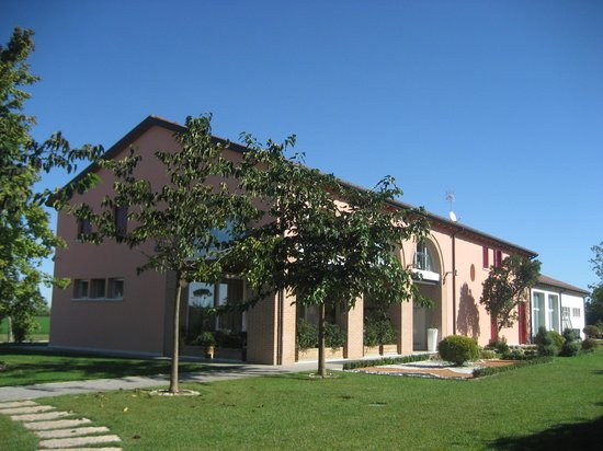 Agriturismo Ca' Beatrice: From the entrance and parking